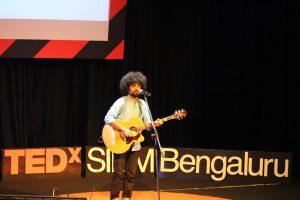 Vasu Dixit performing